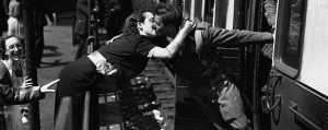 vintage-photos-of-soldiers-kissing-their-loved-ones-3